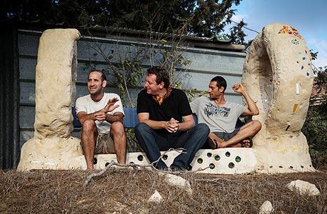 מימין: חבר גרעין כרם שחר קורן, ארי ליבסקר ואדם ברשאי.  על הספסל הממוחזר