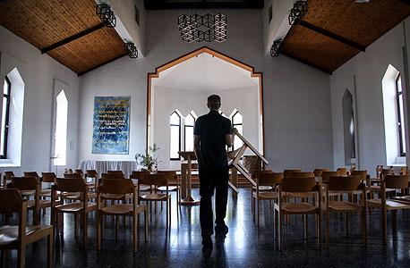 בית התפילה בנס עמים. כמעט נעדר סממנים נוצריים, כדי לא להתגרות