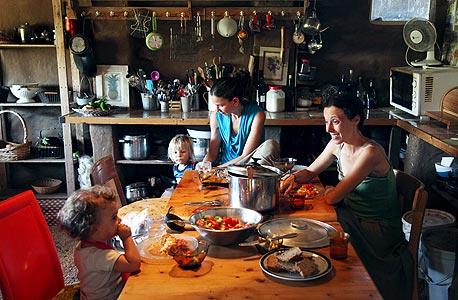"""המטבח של יש מאין. כרמי (במרכז עם בנה טאו): """"הפכתי את הבוץ השנוא של נהלל לברכה"""""""