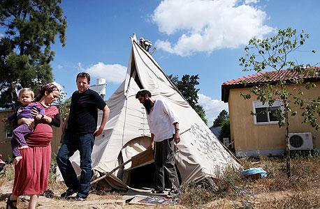 """ארי ליבסקר (במרכז), עם דנה שפיצר ואהרון אריאל לוי.  לוי: """"הישיבה תהיה גם חווה חקלאית. תלמידים יעבדו"""""""