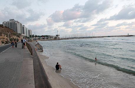 רצועת החול האחרונה בחוף הילטון בתל אביב
