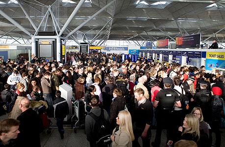 עומס בנמל התעופה סטנסטד באסקס, אנגליה. כשיש אובר בוקינג, הטרוול האקרים אפילו מצליחים להרוויח כסף על הטיסות שלהם