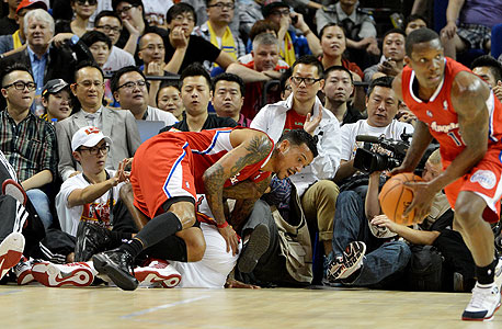 """שחקני ה- NBA בסין. היאו הבא הוא לברון ג'יימס"""", אמר סטרן. """"האוהדים בסין כל כך חכמים ומתוחכמים, שהם יניפו את לברון, דוויט הווארד או קובי בראיינט להיות היאו הבא""""."""