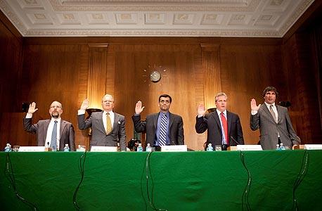 תומס פטרפי (במרכז) מעיד בוועדת הבנקאות של הסנאט