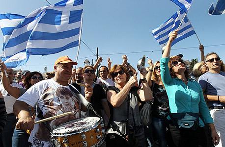 """מפגינים ביוון.  """"קובעי המדיניות תמיד מקווים שמשהו יקרה ויעלים את הבעיה"""", צילום: אי פי איי"""