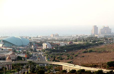 דרך פרויד בחיפה. טורי מכוניות מזדחלות אל הדרך