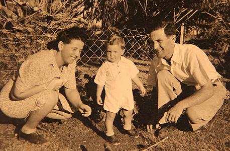 1943. אלכס גלעדי, בן שנה, עם הוריו שמעון ושושנה בקיבוץ תל יוסף
