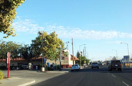 רחוב בדרום סטוקטון מבעד לשמשת ניידת משטרה. ככל שמדרימים גדל מספרם של ההומלסים, המסוממים והשיכורים המדדים