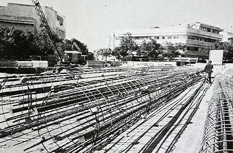 """כיכר דיזנגוף בשלבי הקמה. 7,000 מ""""ק בטון"""