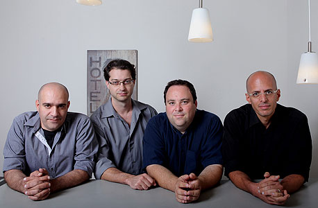 Shine. מימין: אלון בלייר גת, רון פורת, אנדריי ביורה, אורן פראג
