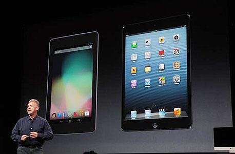 אפל קוטלת ללא בושה את המתחרה מבית גוגל על הבמה. נקסוס 7 (משמאל) ואייפד מיני