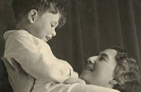 1936. ישראל אומן, בן שש, עם אמו מרים בפרנקפורט