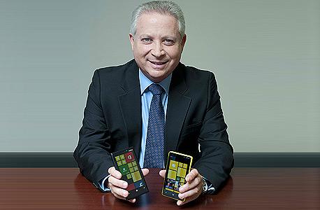 """מנכ""""ל יורוקום, אילן גרינבוים ובידיו מכשירי נוקיה החדשים"""