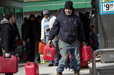 """קיצוב בדלק בעקבות """"סנדי"""", צילום: בלומברג"""