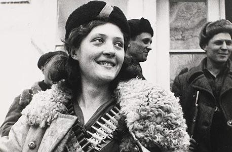 תצלום של נערה פרטיזנית, 1942. ארקדי שייחט