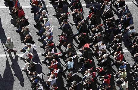 יוון: הרחובות בערו, הפרלמנט דן בקיצוץ