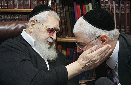 נגיעה מרגשת. הרב עובדיה יוסף מברך את שלמה בניזרי לאחר שחרורו מהכלא במרץ השנה