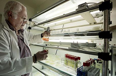 """פרופ' סמי בוסיבא במעבדה שלו בשדה בוקר. """"אנחנו אחד המרכזים המובילים בעולם. אם מצאת באצה מסוימת זהב, נפתח עבורך את התהליך שיאפשר את הפקת התוצר"""""""