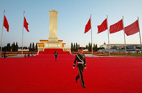 שוטרים סינים בכיכר טיאנאנמן, ערב פתיחת הקונגרס ה־18. רוב האזרחים כלל אינם מודעים לחילופים בצמרת המדינה, ולא מבינים את שיטת המשטר