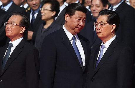 חו ג'ינטאו (מימין) משוחח עם שי ג'ינפינג, לאחר שהאחרון נעלם לשבועיים בלי הסבר. בפוליטיקה הסינית זה מקובל