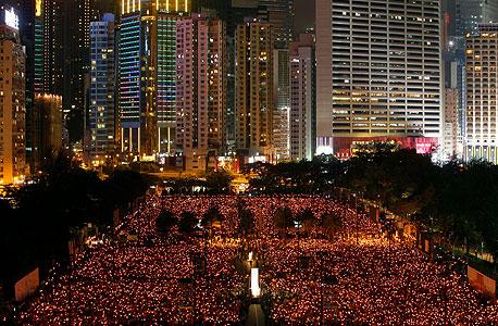 תושבי הונג־קונג ב־2011, בטקס זיכרון לטבח כיכר טיאנאנמן. בבייג'ינג מעדיפים לגדוע תסיסות חברתיות