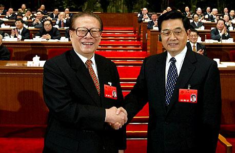 חו ג'ינטאו (מימין) וג'יאנג דזמין בחילופי השלטון הקודמים. ג'יאנג ממשיך למשוך בחוטים גם בגיל 86