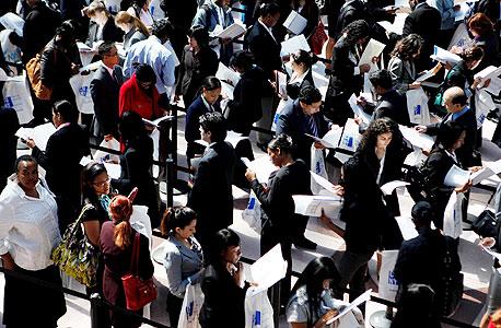 """מובטלים בתור ליריד תעסוקה בניו יורק. """"הממשל צריך להתערב בשוק העבודה ולדחוף להעלאת שכר. הבעיה היא שבארצות הברית זה טאבו אפילו לדבר על שוק העבודה"""""""