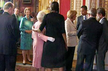 נגיעה נדירה. מישל אובמה עם מלכת בריטניה אליזבת השנייה בארמון בקינגהם ב־2009