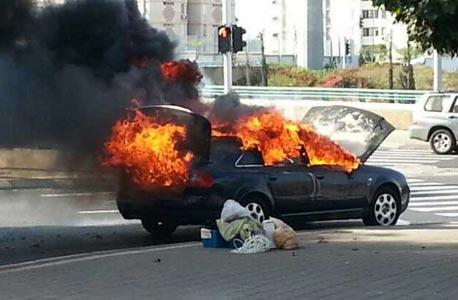 המכונית שנפגעה בחולון, צילום: דוברות הצלה גוש דן