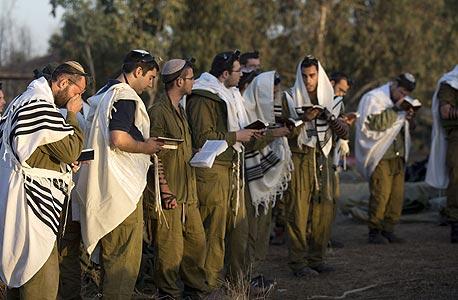 חיילים מתפללים בסמוך לעזה במהלך מבצע עמוד ענן, צילום: איי אף פי