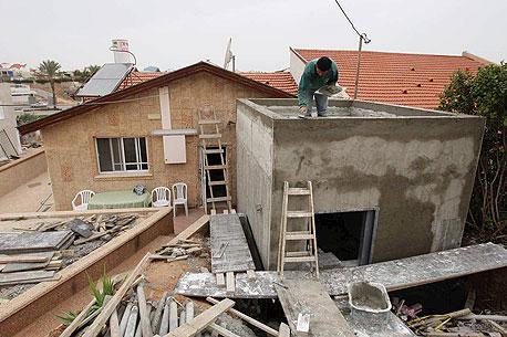 """בנייה של ממ""""ד במהלך מבצע """"עמוד ענן"""" בעזה"""