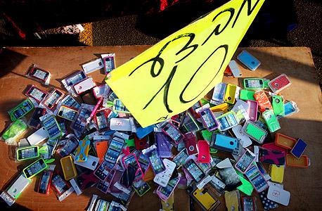 דוכן בשוק ראשון לציון. על כל סמארטפון שנמכר בישראל יש היצע של 70 כיסויים