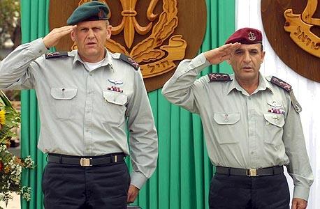 """פרקש (משמאל) בטקס מינויו לראש אמ""""ן ב־2001, עם הרמטכ""""ל שאול מופז"""