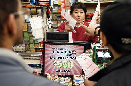 קונים כרטיסים בדוכן פאוארבול, צילום: רויטרס