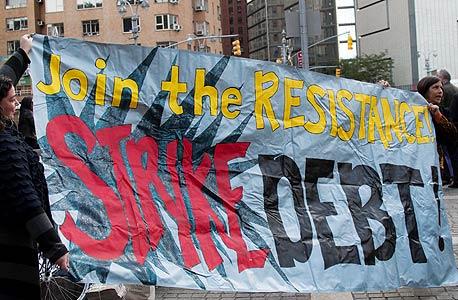 הפגנה בניו יורק באוקטובר, במסגרת השבוע הבינלאומי לפעולה נגד החוב. אנשי לכבוש את וול סטריט כבר שומטים