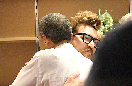"""הנשיא אובמה מחבק את הרפר ריד במסיבת הניצחון. ריד: """"אני נראה כמו דביל, וזה מחייב אותי להיות ממש ממש טוב"""""""