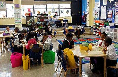 """שיעור ב־P.S. 770.התלמידים נעים בין פינות הישיבה השונות, והמורים עוברים ביניהם. """"העלמנו משרות ניהול מיותרות והגדלנו את היחס בין מורים לילדים בכיתה"""""""