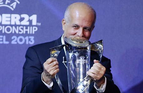 אבי לוזון עם גביע יורו 2013. איך הוא מתמודד עם דיפלומטיה?, צילום: ראובן שוורץ