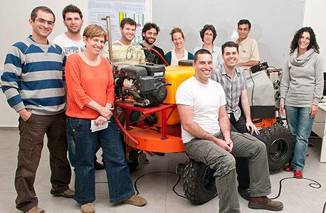 פרופ' יעל אידן עם קבוצת חוקרים צעירים מאוניברסיטת בן-גוריון בנגב העוסקים בפיתוח רובוטים