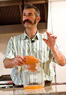 """הרומן של כץ עם בקטריות נולד מבעיה טכנית: כל הצנוניות והכרובים בגינה הבשילו יחד, והוא צריך היה לשמר. """"הניסיון הראשון שלי היה עם כרוב, ומאז אני מתפעל בכל פעם מחדש"""", הוא אומר"""