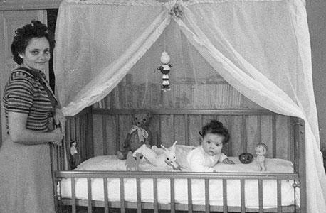 ניצה וולפנזון ובתה אורית בחדר שבבניין בשנת 1958