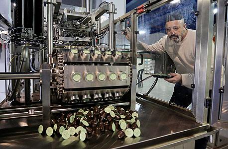 """מנכ""""ל בן דוד-אוחיון במפעל בקריית גת. ערוכים ל-17 מיליון קפסולות בחודש"""