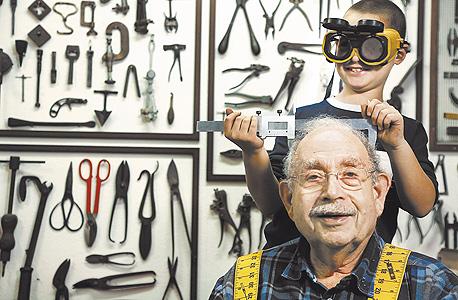 דידי ורדי עם הנכד רותם. תחביבים משותפים: בניית מכונות מג'אנק
