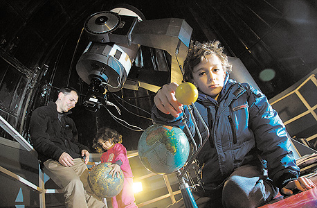 שמות ההורים: קרן ויואב לנדסמן. שמות הילדים: ברק (9) וקשת  (5). תחביב משותף: אסטרונומיה ומדע בדיוני