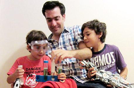 """נטר עם ילדיו עומר (מימין) ועילי. """"לשמור על הידיים מלוכלכות"""""""