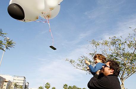 גדי גיא, מנהל מוצר בגוגל, מתבונן עם בנו איתמר בטלפון הממריא. בלי חרדת נטישה