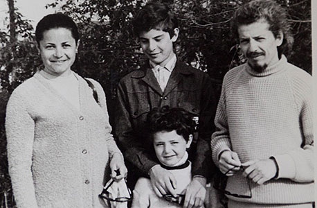 1973. יוג'ין קנדל (14, במרכז) עם אחיו לאוניד (6) והוריו פליקס ותמרה בחצי האי קרים