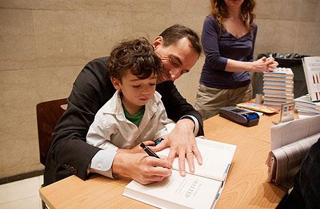 """פול טאף חותם על ספרו עם בנו אלינגטון. """"אני רוצה שהוא יתגבר על אכזבות, שיידע להרגיע את עצמו"""""""