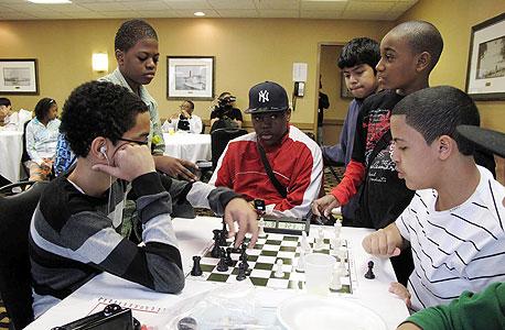 """חברי נבחרת השחמט שמפעילה אליזבת שפיגל בבי""""ס מוחלש  בברוקלין. """"ללמד שחמט זה ללמד את ההרגלים שהולכים עם החשיבה"""""""