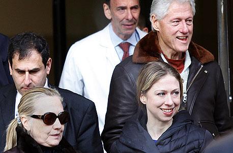 הילארי קלינטון בצאתה מבית החולים עם הבת צ'לסי ובעלה ביל קלינטון, צילום: רויטרס